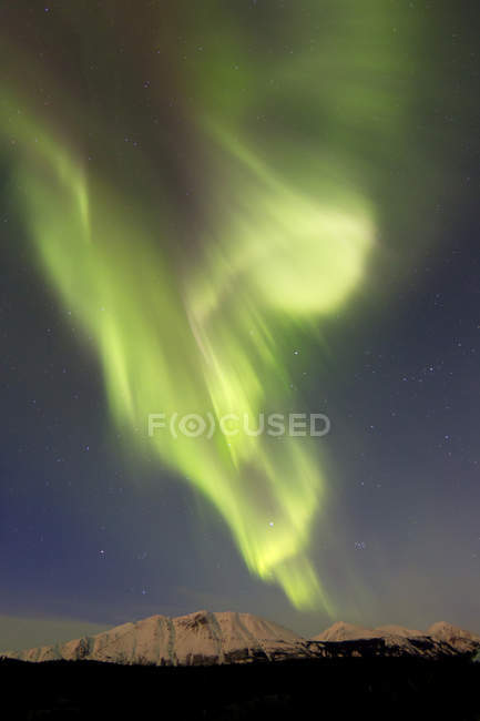 Aurora borealis over Emerald lake — Stock Photo