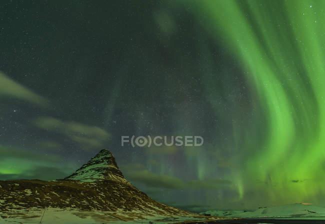 Северное сияние над горой Киркьюфелл — стоковое фото