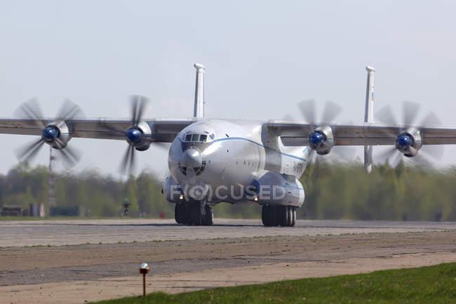 19 de maio de 2014. An-22 Antei aeronaves de transporte pesado da Força Aérea Russa decolando da Base Aérea de Migalovo, Rússia — Fotografia de Stock