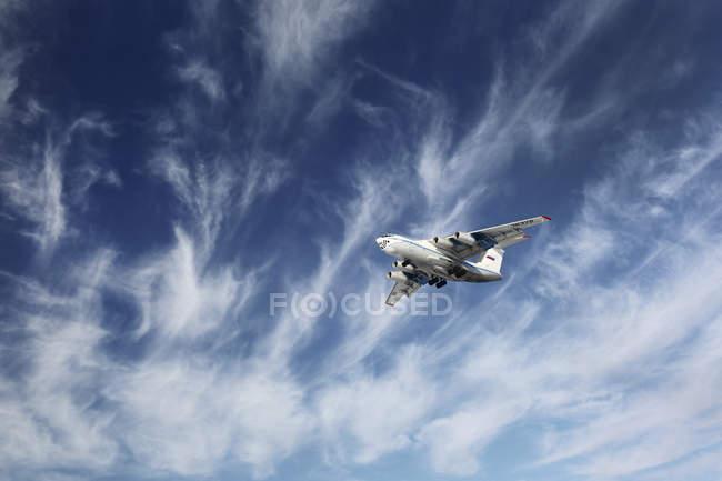 13 de dezembro de 2014. Moscovo, Rússia. Il-76TD aeronaves de transporte do Serviço Federal de Segurança da Rússia voando no céu nublado . — Fotografia de Stock