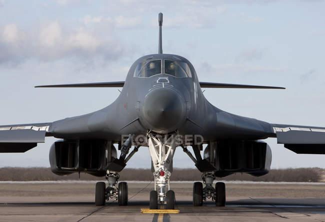 Texas, Base de fuerza aérea de Dyess - 19 de enero de 2010: B-1b Lancer pasando por comprobar antes la misión de entrenamiento previa al vuelo - foto de stock