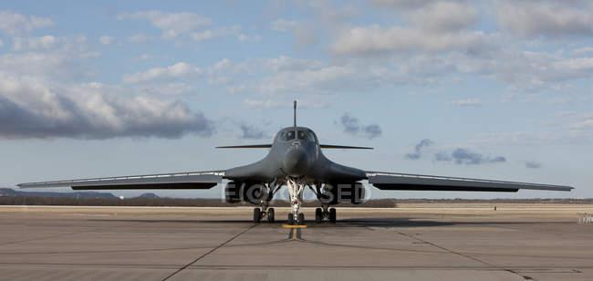 Texas, Base de fuerza aérea de Dyess - 19 de febrero de 2010: B-1b Lancer pasando antes del despegue antes de misión de entrenamiento - foto de stock