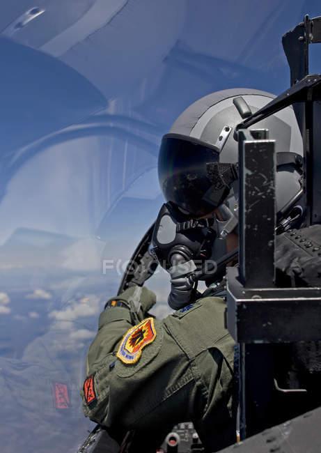 Central Oregon, Crater Lake - 6 de mayo de 2010: Piloto F-15 del 173º Ala de Combate mirando al ala durante la misión de entrenamiento - foto de stock