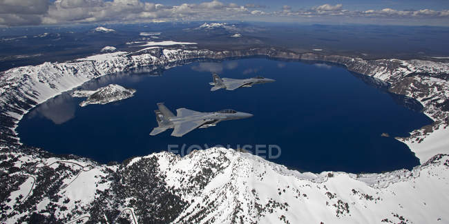 Central Oregon, lac Crater - 6 mai 2010 : Deux F-15 Aigles en vol — Photo de stock