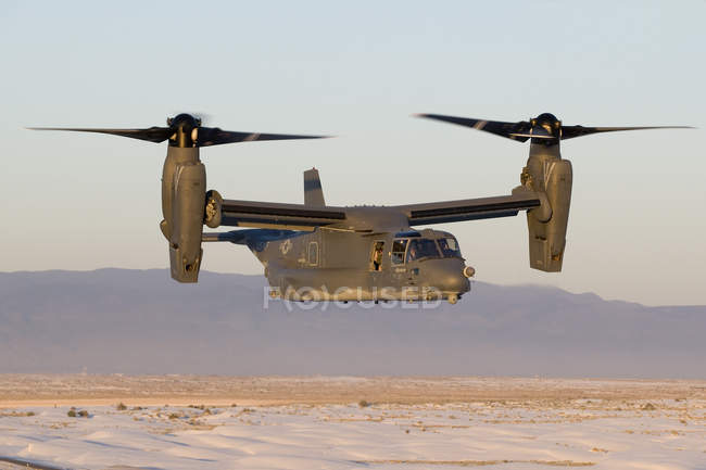 New Mexico, Kirtland Air Force Base - May 26, 2006: CV-22 Osprey from 71st Special Operations Squadron flies in helicopter mode during training mission — Stock Photo