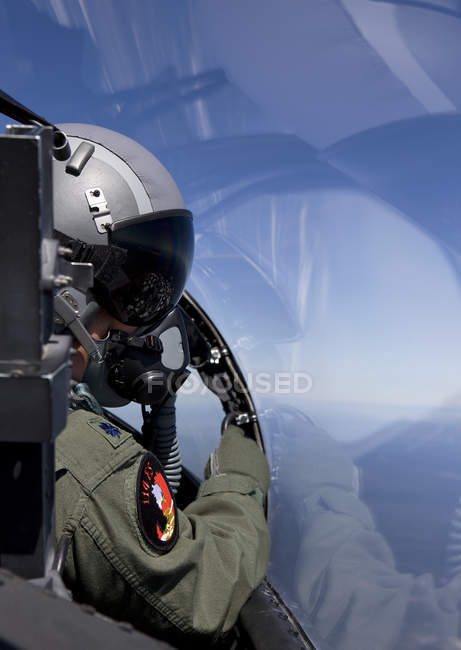 Central Oregon - May 6, 2010: F-15 pilot from 114th Fighter Squadron looking over at wingman during training mission — Stock Photo