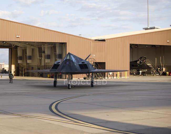 Novo México, Base Aérea de Holloman - 10 de maio de 2010: F-117 Nighthawk saindo do hangar — Fotografia de Stock
