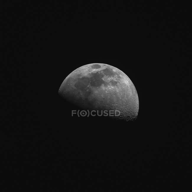Lune gibbeuse croissante en haute résolution sur fond noir — Photo de stock