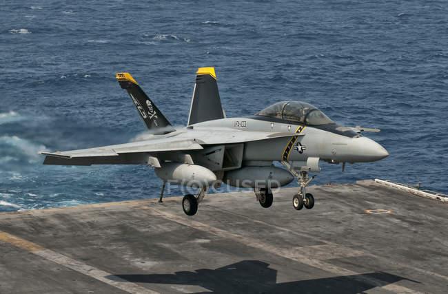 Pakistán - 31 de mayo de 2009: Nos marina de guerra F/A-18f Super Hornet descendente - foto de stock