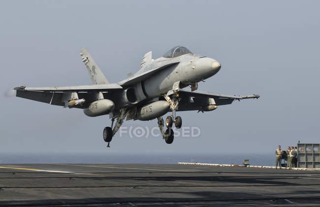 Pakistán - 31 de mayo de 2009: Nos Navy F/A - 18 c Hornet descendente - foto de stock