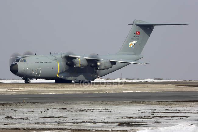 Росія, Міжнародний аеропорт Внуково - 8 березня 2017: Аеробус A400m транспортним літаком Турецька ВПС посадки — стокове фото