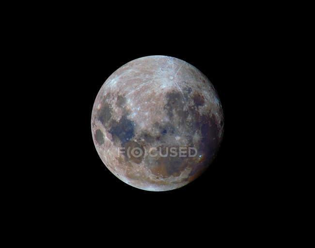 Правда кольори місяць протягом 2010 перигей на чорному фоні — стокове фото