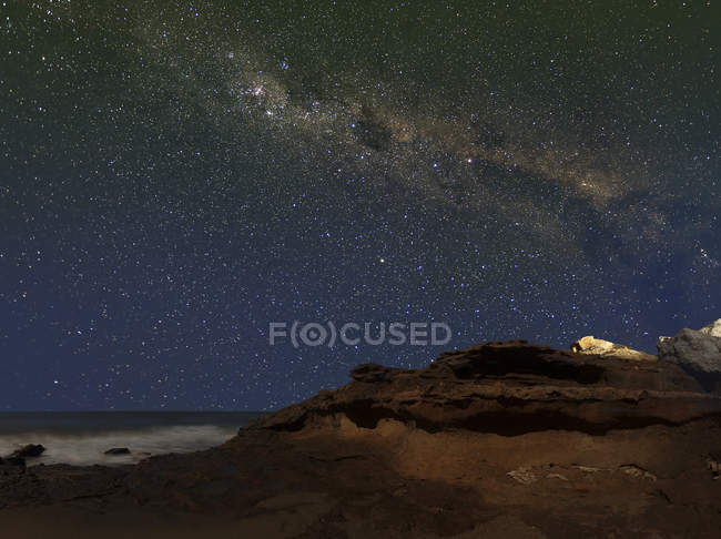 Milky Way showing figure known as Emu rising over cliffs in Miramar, Argentina — Stock Photo