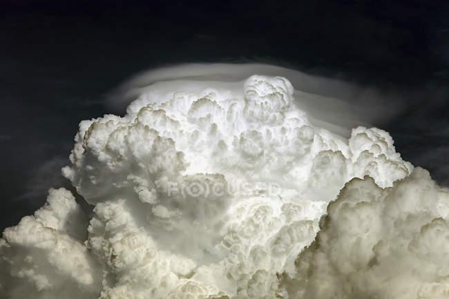 Cumulo bianco Nube di congestus con pileus — Foto stock