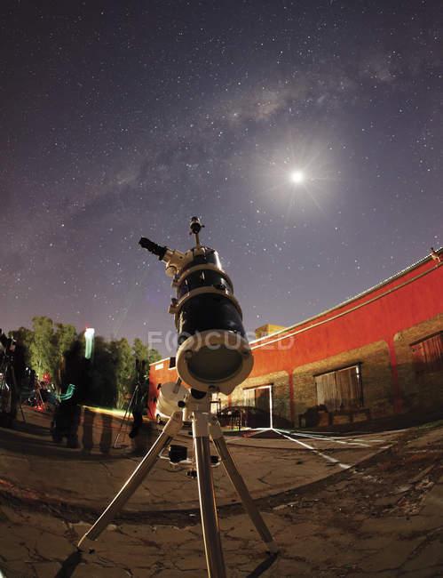 Аргентина, Дойл - 21 вересня 2012: Астрофотографії установки з місяцем і Чумацький шлях на тлі — стокове фото