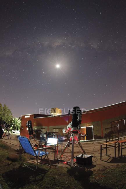Argentina, Doyle - 21 de septiembre de 2012: Astrofotografía con luna y Vía Láctea al fondo - foto de stock