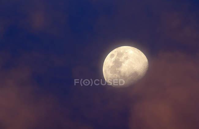 Lune entre nuages colorés au coucher du soleil, Buenos Aires, Argentine — Photo de stock