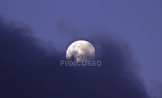 Luna y Júpiter en conjunción muy estrecha, Miramar, Argentina - foto de stock