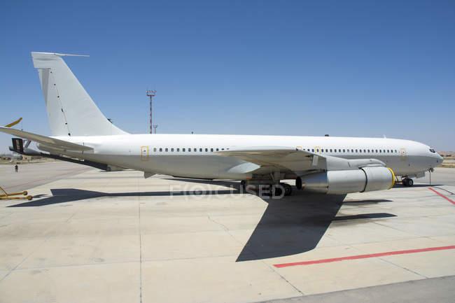 Israel, Base aérea de Nevatim - 17 de mayo de 2015: Re'em Boeing 707 de aparcamiento desierto gigantes Escuadrón 120 - foto de stock