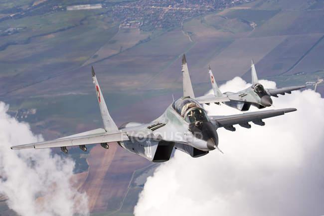 Bulgaria, Base aérea de Graf Ignatievo - 07 de octubre de 2015: Búlgaro y Polaco fuerza aérea Mig-29s aviones volando juntos - foto de stock