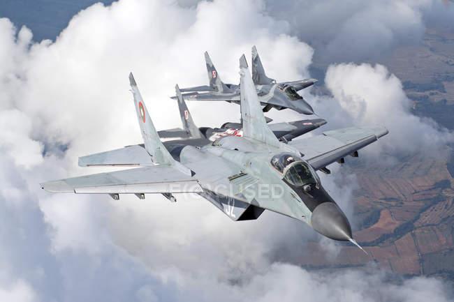 Bulgaria, Base aérea de Graf Ignatievo - 07 de octubre de 2015: Búlgaro y Polaco fuerza aérea Mig-29s aviones volando juntos durante el destacamento Polaco - foto de stock