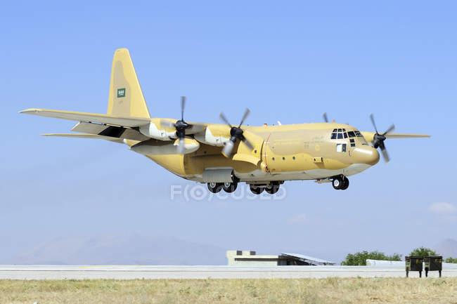 Turquía, Konya - 26 de junio de 2013: Hércules de la Royal Saudi Air Force C-130 h-30, aterrizaje en la Base aérea de Konya en Anatolia ejercicio internacional águila 2013-2 - foto de stock