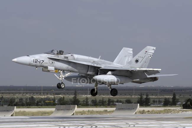 Turquía, Konya - 18 de junio de 2014: Ejército del aire Español Ef - 18 m Hornet asistentes internacionales ejercicio Anatolian Eagle 2014-2 - foto de stock