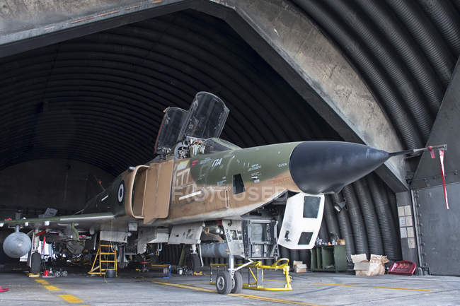 Grécia, Base Aérea de Larissa - 28 de março de 2017: Hellenic Air Force RF-4E Phantom II sendo revisto — Fotografia de Stock