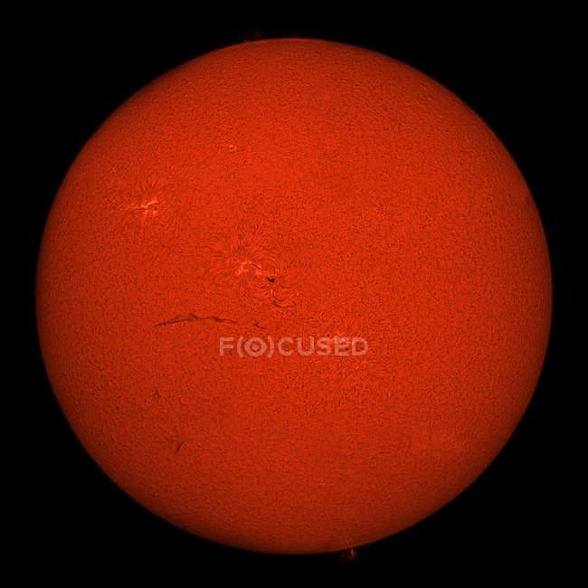 H-Alpha Sonne in roter Farbe mit aktiven Bereichen und Filamente auf schwarzem Hintergrund — Stockfoto
