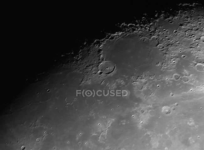 Vista de cráteres y superficie de la luna - foto de stock