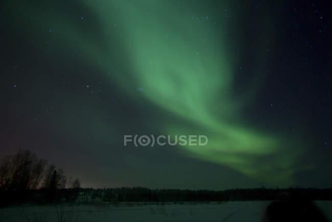 Green Aurora над Far Lake, Йеллоунайф, Северо-Западные Территории, Канада — стоковое фото