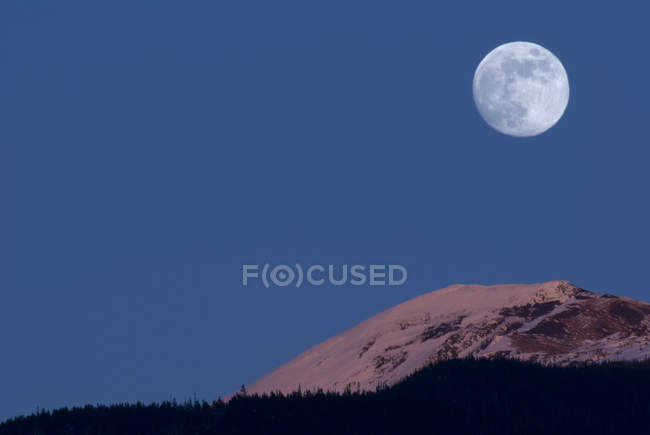 Full Moon over mountains at Alpenglow, New Aiyansh, British Columbia, Canada — Stock Photo
