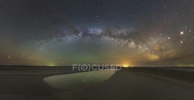 Arco della Via Lattea sopra il lago salato, Russia — Foto stock