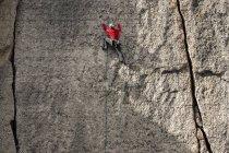 Человек, альпинистская стена выше Титон-Вилидж — стоковое фото
