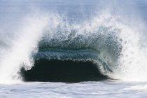 Grande onda rompe con forza sopra un banco di sabbia poco profonda in Malibu, California — Foto stock