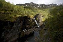 Río y cascada en el valle de Aurland entre Osterbo y Vassbygdi en Noruega - foto de stock