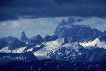 Vue lointaine des massifs montagneux recouverts de neige et des nuages, Alaska, Usa. Baie de Mitchell. — Photo de stock
