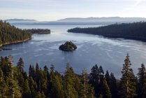 Luce del mattino illumina Emerald Bay a Lake Tahoe, Ca — Foto stock