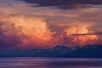 Cabeças de trovão Alpenglow ao pôr do sol sobre o Lago Tahoe e a neve cobriu a Serra — Fotografia de Stock