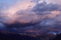 Las nubes y la puesta de sol sobre Telluride, montañas del San Juan, Colorado - foto de stock