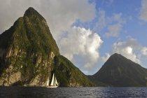 Iate de vela clássico na costa de Santa Lúcia no Caribe — Fotografia de Stock