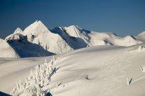Vue panoramique sur les pistes de ski dans l'arrière-pays dans la chaîne côtière — Photo de stock