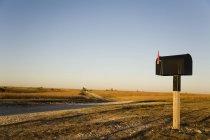 Мальовничий вид на поштову скриньку стоїть осібно в Канзас Нива — стокове фото