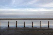 Загрязнение береговой линии на Наполеон Бич, Порт-Сент-Луи du Rhone, Франция — стоковое фото