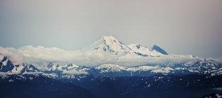 Vista da camada de nuvem envolve Monte Baker, Washington, EUA. — Fotografia de Stock