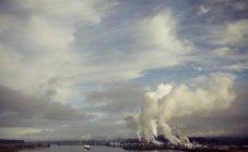 Fumo, vapore e l'inquinamento aumenta da un impianto industriale a Longview, Washington lungo il fiume Columbia — Foto stock
