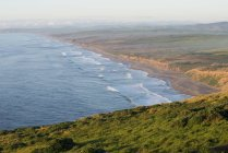 Looking north down the coastline of the Pacific Ocean at the Point Reyes National Seashore in Marin County, CA — Stock Photo