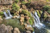 Водоспади і скелі в Гуань Інь ущелина у провінції Yunnan — стокове фото