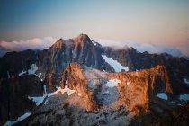La lumière du soleil matinal frappe Castle Mountain situé au sud du Canada, la frontière américaine à Washington, Usa — Photo de stock