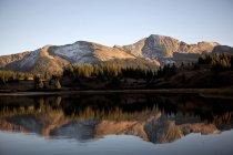 Montañas rocosas reflejan en Molas lago cerca de Silverton, Co - foto de stock